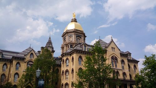 NotredameMain_Building_at_the_University_of_Notre_Dame